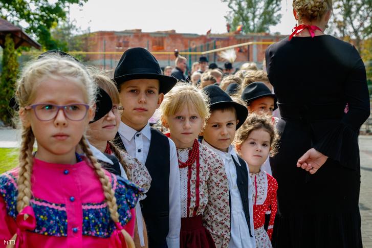 A helyi magyar népművészeti iskola növendékei a Tiszapéterfalvai Szakképzési Centrum új oktatási épületének ünnepélyes átadásán a kárpátaljai Tiszapéterfalván 2020. október 8-án.