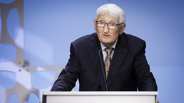 Elfogadta, majd visszautasította az emírségek díját a legnagyobb német filozófus