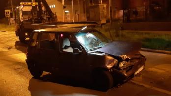Hatan ültek egy balesetet okozó kisautóban, de senki nem maradt ott a helyszínen