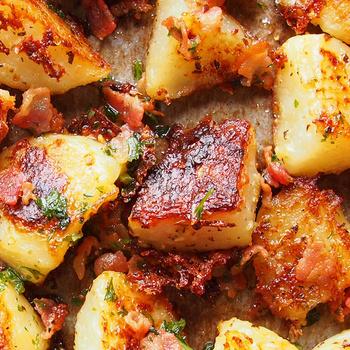 Ropogósra sült újkrumpli fokhagymával és parmezánnal: pirított bacon koronázza meg