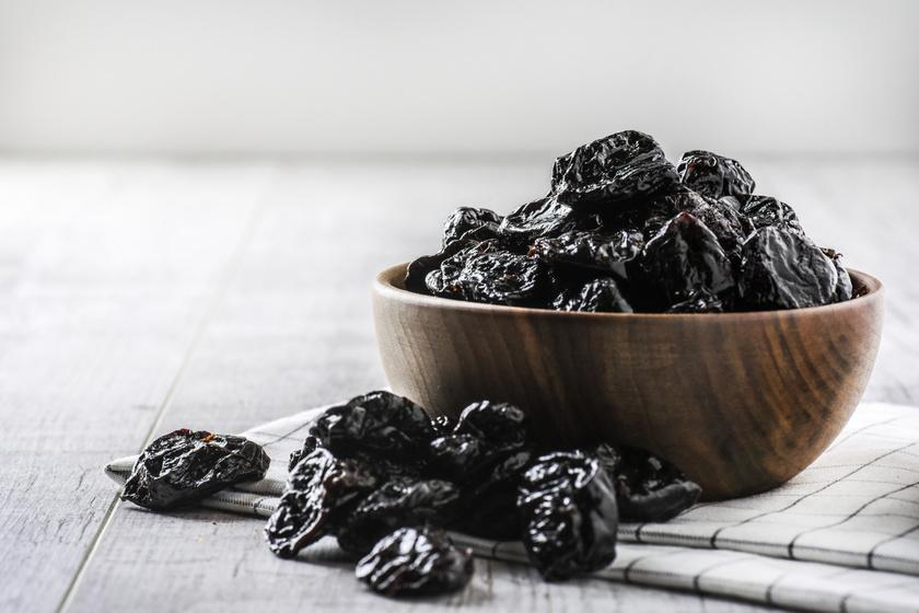 A szilva és az aszalt szilva székrekedés elleni hatása már régóta ismert. A gyümölcs magas rosttartalmának köszönhetően növeli a székletben lévő folyadék mennyiségét. Hashajtó tulajdonságát a benne található cukoralkoholnak, a szorbitolnak köszönheti, valamint a fenolos vegyületeknek, amelyek a hasznos bélbaktériumokat támogatják.