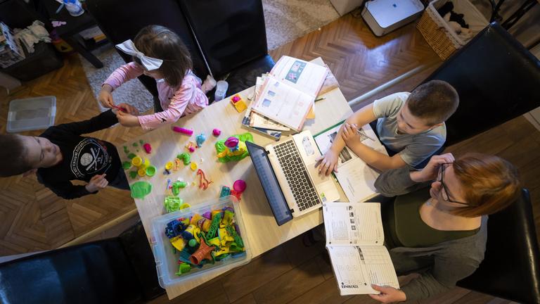 Otthoni munka, oktatás, sport: így változik az életünk hétfőtől