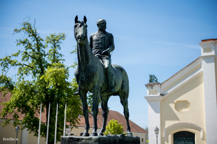 Wenckheim báró bronzszobra a fedeles lovarda előtt, Fadrusz János alkotása
