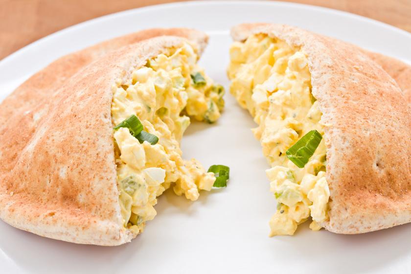 Egyszerű tojássaláta pitába csomagolva: fűszeres, krémes szósz öleli körbe a tojást