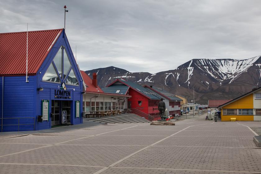 Főtér, ahol bolt és vendéglő is található.