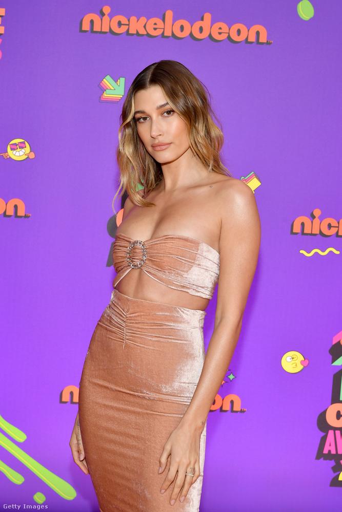 Március 13-án Hailey Bieber a Nickelodeon Kids' Choice nevű gáláján vett részt egy testhezálló és testszínű, kifejezetten szexi ruhában.