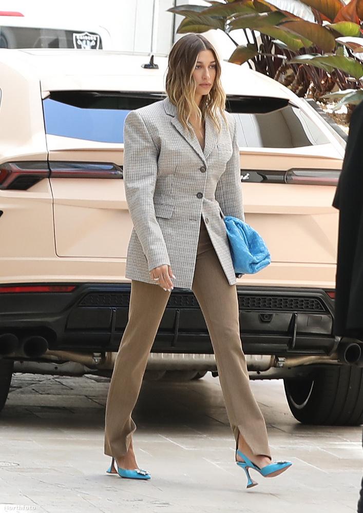 Április 20-án ilyen professzionálisan üzletasszonyos volt Hailey Bieber, de megint egy olyan alkalommal, amikor a férje nélkül mutatkozott
