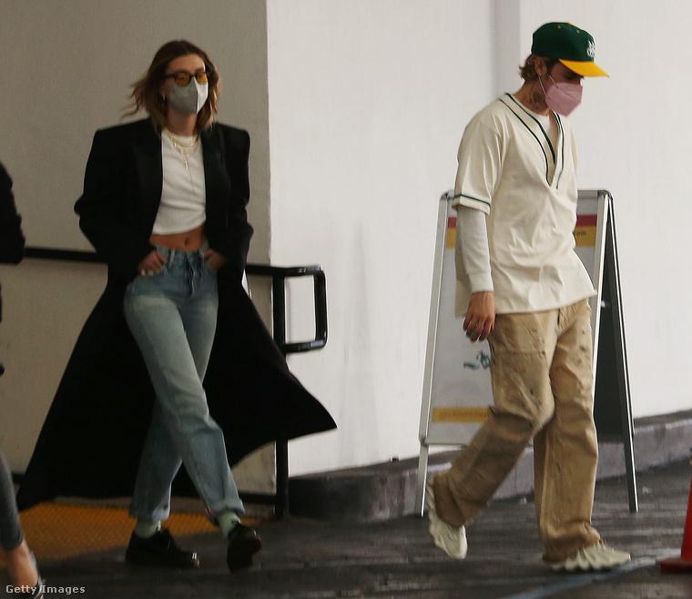 Justin Bieber igen vallásos lett az utóbbi időben, és talán az öltözködését is próbálja összhangba hozni a nézeteivel: egyszerű, minimalista, antiszexi ruhákat hord, mert ugye nem a külső meg a fényűzés a fontos, hanem a belső értékek, köztük az egyszerűség és a szerénység.