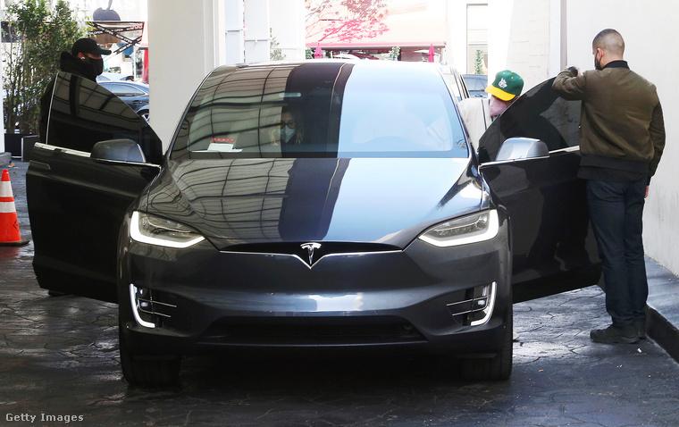 Persze annyira azért még nem lettek keresztények Bieberék sem, hogy ehelyett a Tesla helyett egy egyszerűbb és szerényebb járművel közlekedjenek, de ez most mellékvágány.