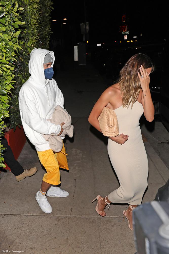Itt pedig együtt vannak, Bieberné mégis bevállalt egy szűkebb, elegánsabb ruhát.