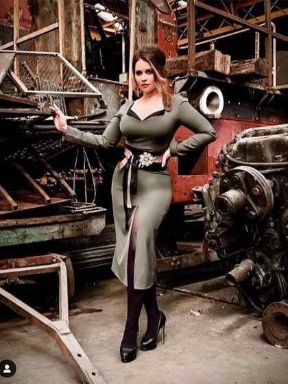 A Brazia Fashion divatház mélyen dekoltált, combvillantós ruhája istenien állt Király Lindának ezen az áprilisi fotózáson.