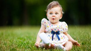 Ezért utálják annyira a babák a füvet: megvan az oka a mókás reakciónak