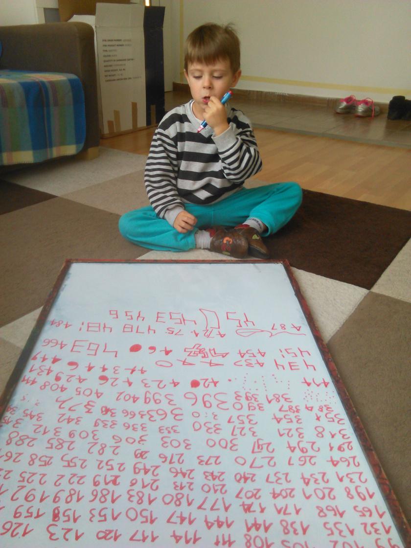 Gorán négyévesen, a számok bűvöletében.