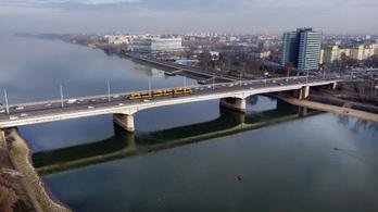 Hétvégén mossák az Árpád hidat