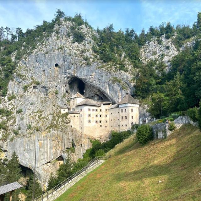 Szlovéniában már várják a turistákat: a sziklába épült lovagvár igazi gyöngyszem a déli régióban
