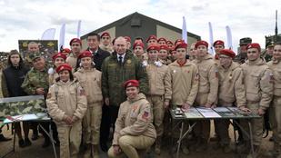 Iskolás gyerekek ünnepelték a Putyin-korszakot