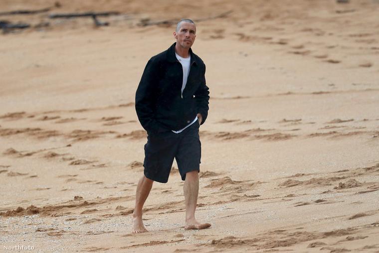 Pompás képek érkeztek Christian Bale-ről: mintha egy filmből vágtak volna ki minden egyes kockát arról, ahogy Sydney egyik óceánparti strandján sétál az esőben.