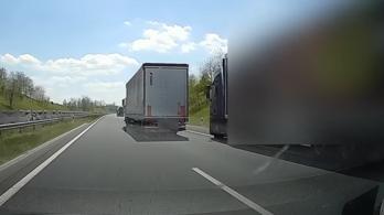Videó: vérfagyasztó kamionpárbaj az M7-esen