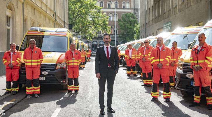Csató Gábor, az Országos Mentőszolgálat főigazgatója (k) a mentők napja alkalmából rendezett ünnepségen, amelyen húsz új mentőautót adtak át a szolgálat Markó utcai székházában 2020. május 10-én