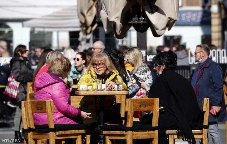 Vendégek egy zágrábi kávézó teraszán 2021. március 1-jén. Ezen a napon a koronavírus-járvány miatt elrendelt korlátozások enyhítéseképpen kinyithattak a kávézók és éttermek teraszai Horvátországban