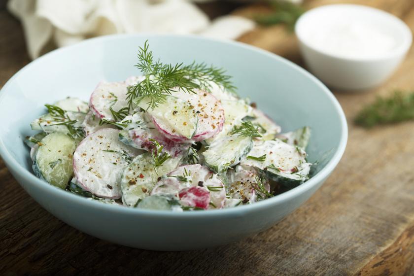 Tavaszi reteksaláta uborkával: fokhagymás tejföllel leöntve isteni köret húsok mellé