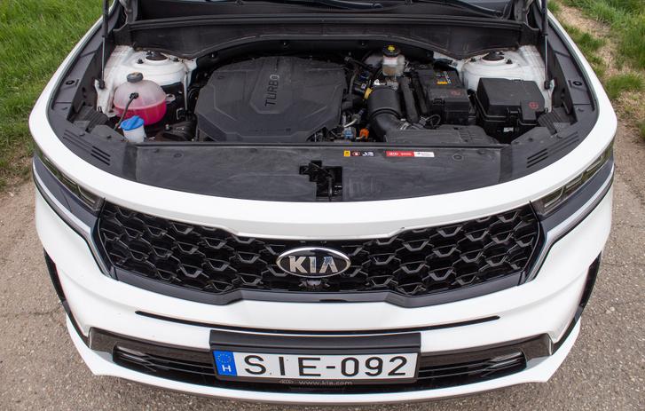 Első talán nem így tűnik, de a 2,2 literes, négyhengeres dízelmotor keresztben van beépítve