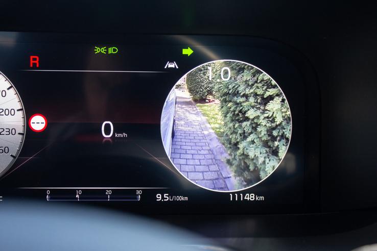 Indexelésre bejön az oldalkamera képe. Ha most balra indexelnénk, oda menne a kamerakép és átjönne jobbra a sebességjelző
