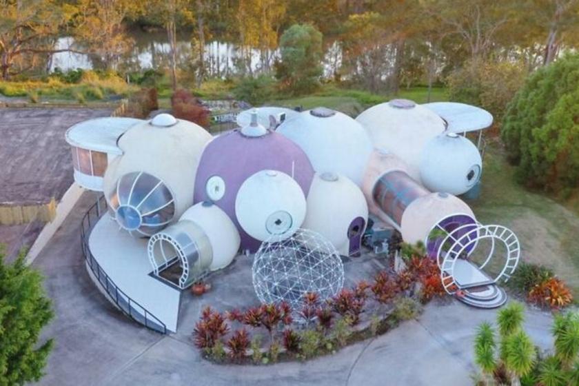 A Brisbane-ben található buborékház sokak szerint egy építészeti katasztrófa, míg mások szerint különleges és egyedi.