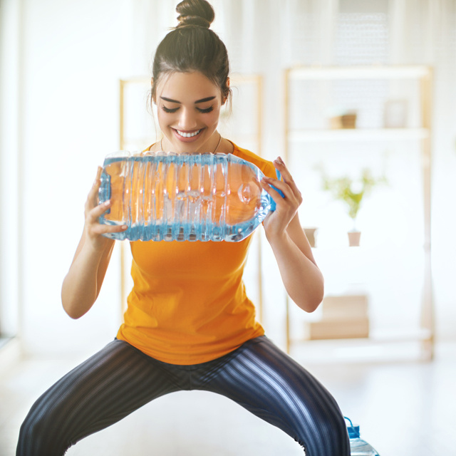 Villámgyorsan lefaragja a zsírt, és építi az izmot: 9 gyakorlat, amihez csak egy ásványvizes palackra lesz szükséged