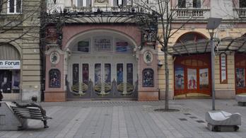Tyúklépésekben halad a Budapesti Operettszínház sértettjeinek ügye