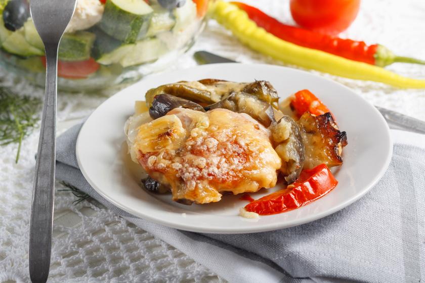 Zöldséges rakott csirkemell sok sajttal a tetején: ebből kétszer fogsz szedni