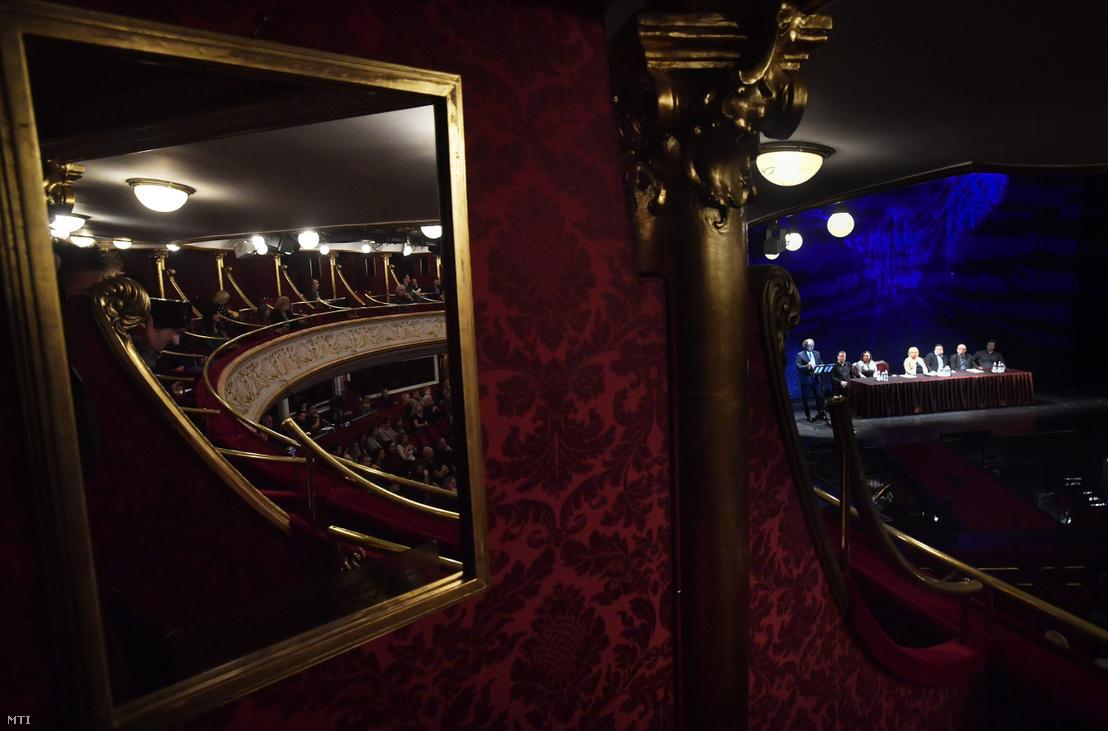 Kiss B. Atilla, a Budapesti Operettszínház új főigazgatója, Kossuth- és Liszt-díjas operaénekes (b) beszédet mond bemutatkozásán a színház társulati ülésén 2019. február 1-jén
