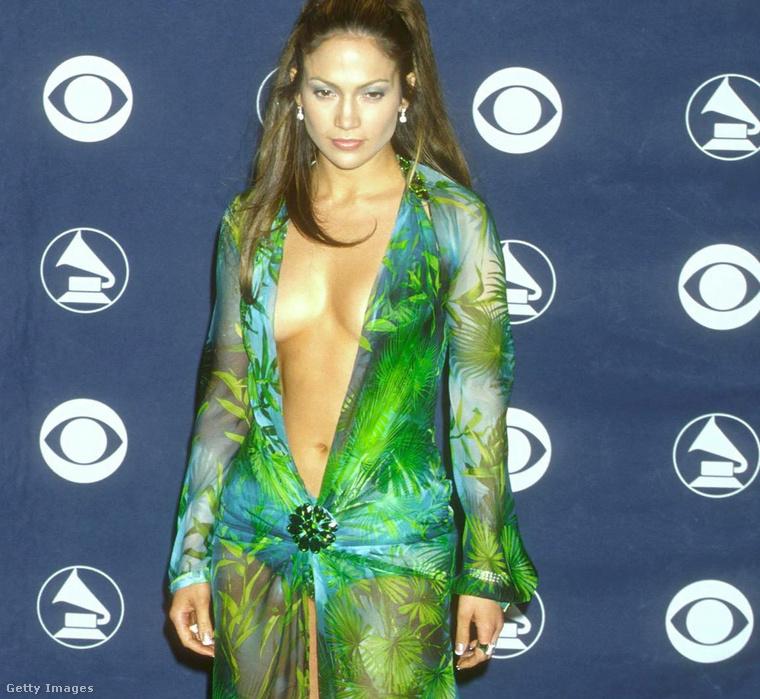 Minden idők leghíresebb Versace-ruhájáról a 2000. évi Grammy-kiosztón készült ez a rengetegszer látott fotó. Kattintson a képre nagyobb verzióért!