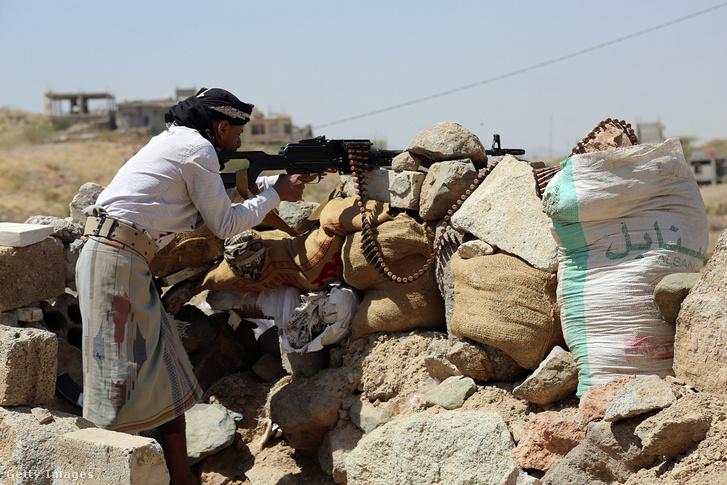 Rijádi száműzetésben élő, Abed Rabbó Manszúr Hádi jemeni elnökhöz hű fegyveresek Jemenben 2017. február 28-án