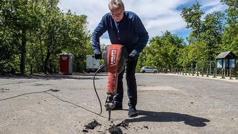 Pokorni Zoltán elektromos bontókalapáccsal esett neki az aszfaltnak a Normafánál