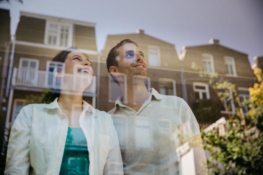 Különösen Amszterdamban még napjainkban sem elterjedt, hogy függönnyel takarnák el az otthonokba való belátást.