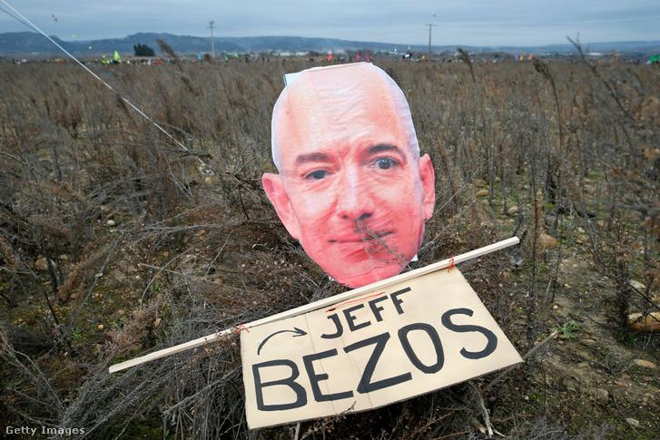 Bezos fényképe egy Amazon-ellenes tüntetésen 2021. január 30-án