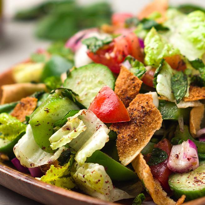 Kenyérsaláta úgy, ahogy a libanoniak szeretik: izgalmas ízek találkoznak a tányéron