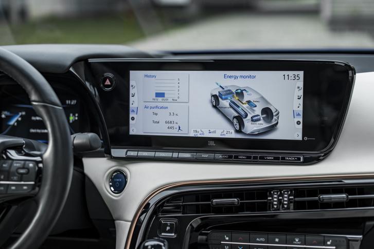 Mint a Toyota hibridjeinél megszokhattuk, az üzemanyagcellás Miraiban is követhetjük a rendszer működését a műszerfalon