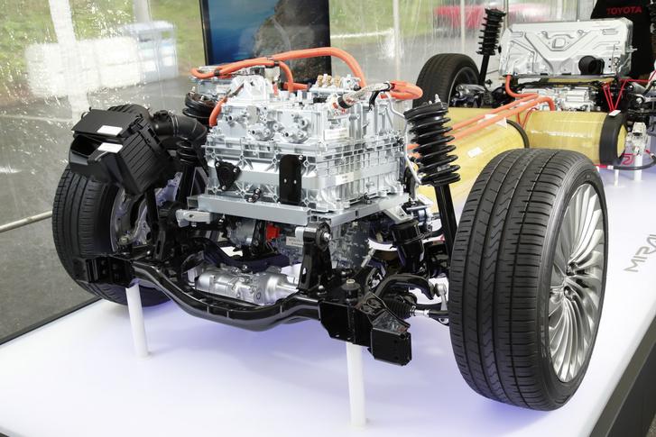 Legfelül az üzemanyagcella teljesítmény-elektronikája, alatta maga a cella, az alatt a levegőt a cellába szállító kompresszor