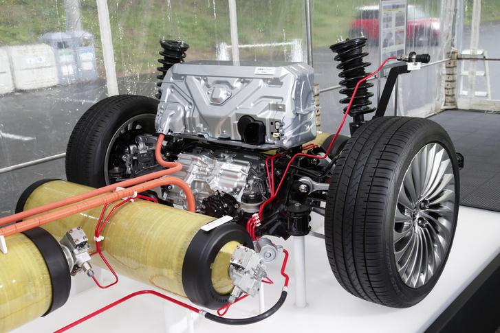 Felül a lítiumion akkumulátor, alatta a hátsó kerekeket hajtó elektromotor a vezérlő elektronikájával