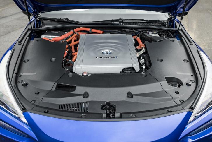 Ahogy a belsőégésű motoros autókban a motort, a Miraiban az üzemanyagcellát takarja műanyagburkolat. Csak a fék- és az ablaktörlő folyadék tartályához lehet hozzáférni