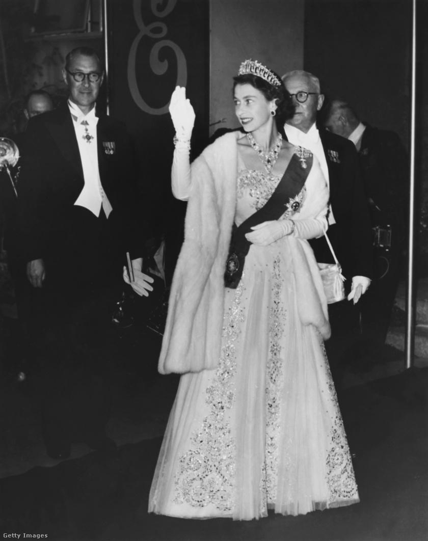 A királyi család nőtagjainak egyik kedvenc ékszere a Cambridge tiara, amelyet Mária brit királyné készíttetett 1913-ban nagyanyja fejdíszének másolataként. Ezt viseli ezen az 1954-es felvételen II. Erzsébet is.