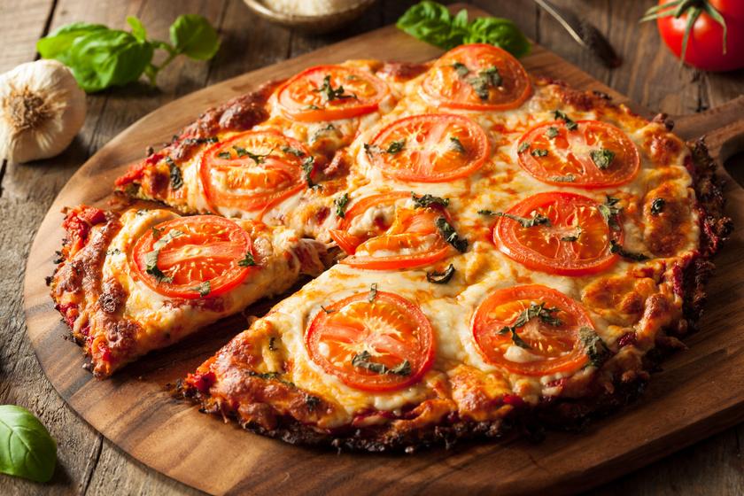 Lisztmentes pizza karfiolból sajttal és paradicsommal: a fogyni vágyók kedvence