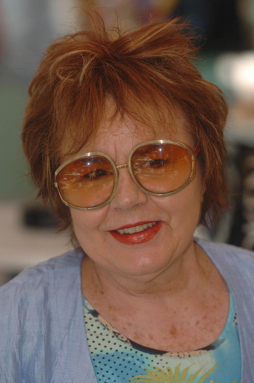 Lehoczky Zsuzsa operettprimadonna 2005. május 27-én a Fővárosi Operettszínház előtt, amikor felavatták a Halhatatlanok Társulata Örökös Tagjainak lábnyomát őrző köveket a Nagymező utcában.