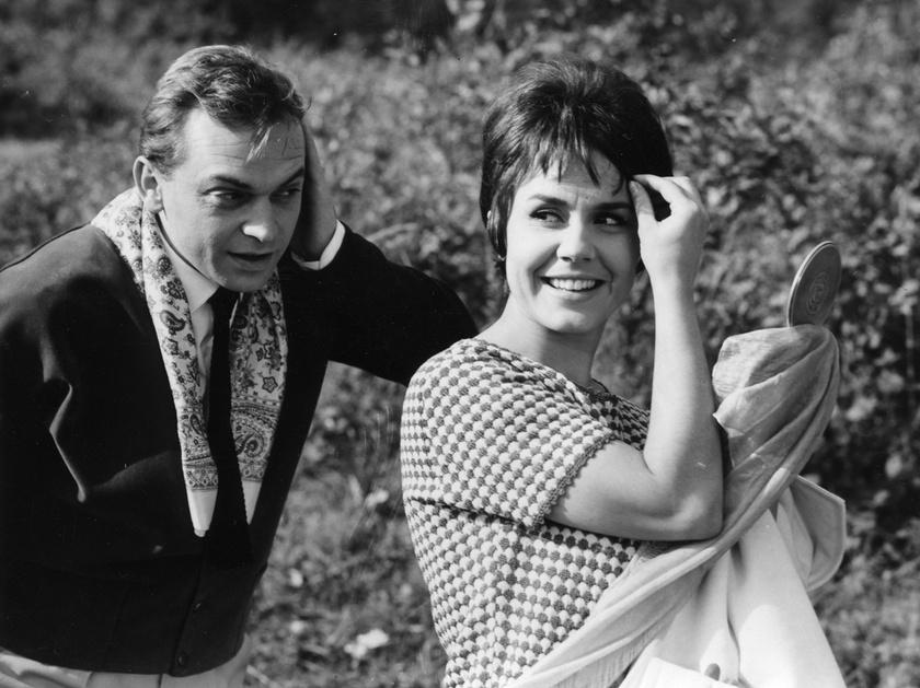 Bodrogi Gyula és Lehoczky Zsuzsa színművészek a Magyar Televízió 1963. évi szilveszteri műsorában sugározott Slágermúzeum című revüfilmben.