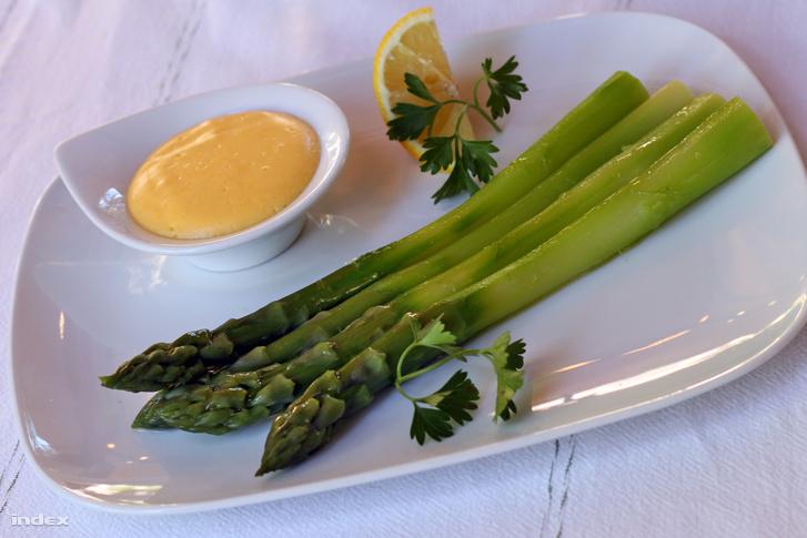 A főtt spárga és a hollandi mártás klasszikus párosítás. (Biarritz étterem)