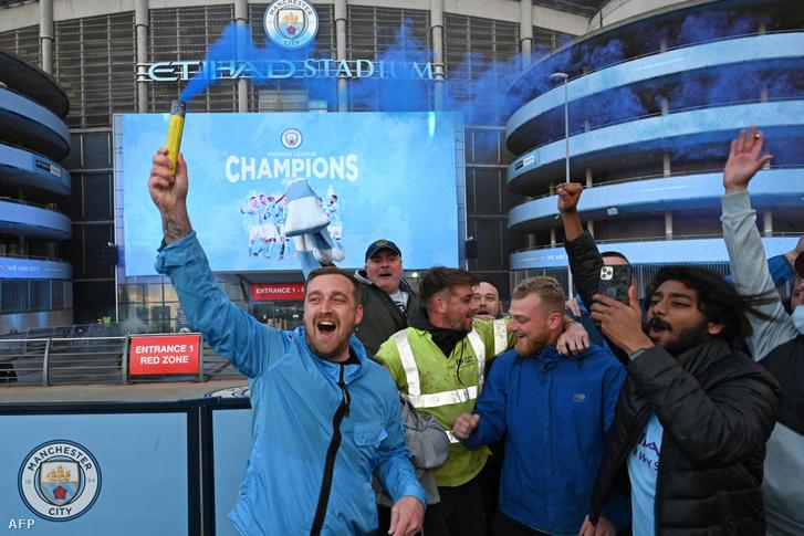 Miután az MU kedden este kikapott, a City szurkolói az Etihad Stadionnál ünnepelték a klub újabb bajnoki címét