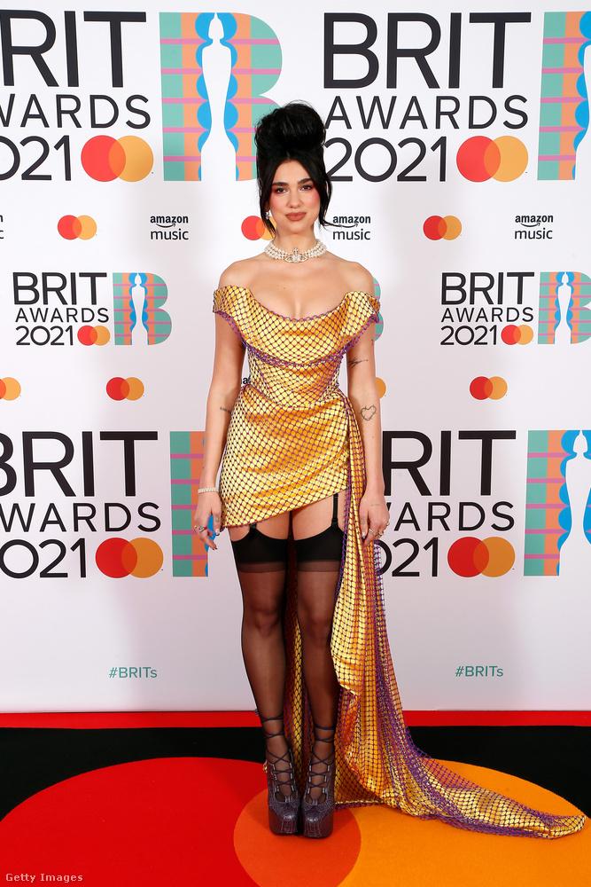 Múlt éjjel tartották a Brit Awards nevű angol zenei díjátadót, amelyen a rémisztően ronda sajtófal ellenére is képesek voltak néhányan kitűnni a megjelenésükkel