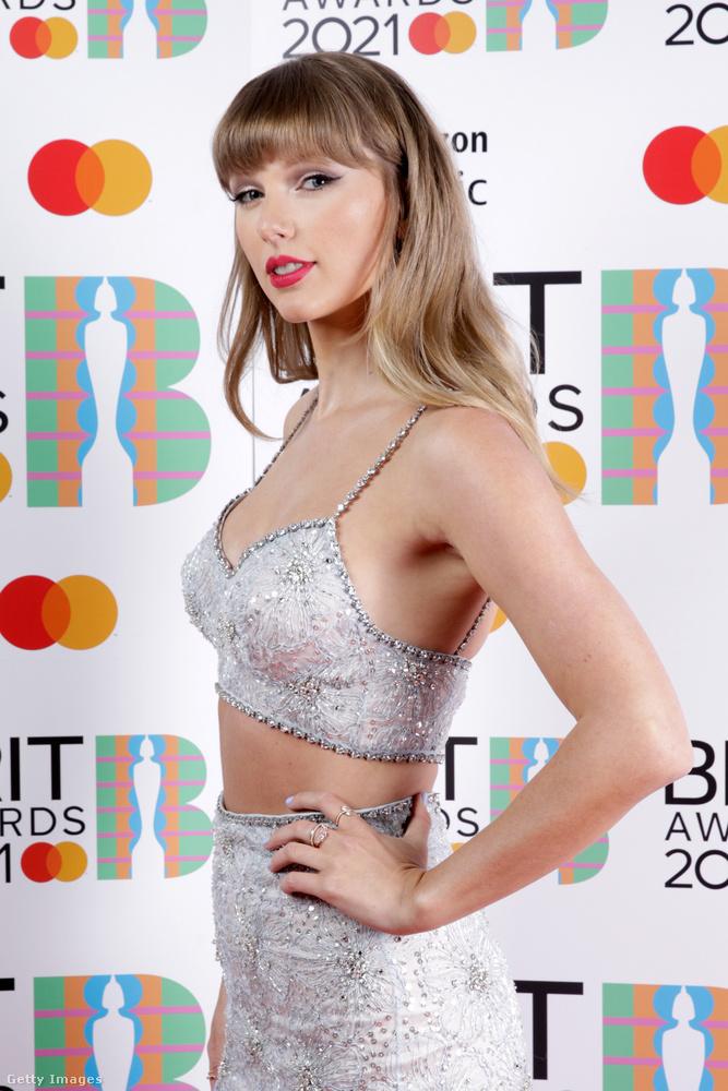 Miközben megcsodáljuk ezt a csillogó együttest, jöjjön egy apró érdekesség: Olivia Rodrigo énekesnő (tudja, a jogsis dallal) fennállása odavan Swiftért, óriási élmény volt neki, hogy találkoztak, és a nagy összeborulás kedves online üzengetésbe torkollott.